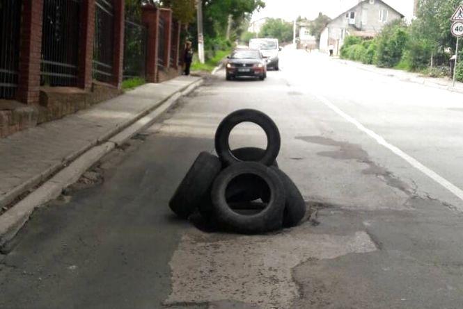 Посеред дороги в Чорткові водій збудував вежі з шин
