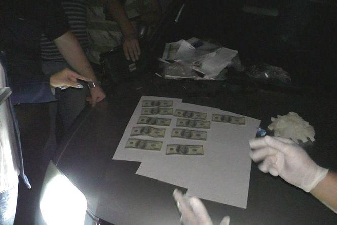 Поліцейський вимагав 1000 доларів США