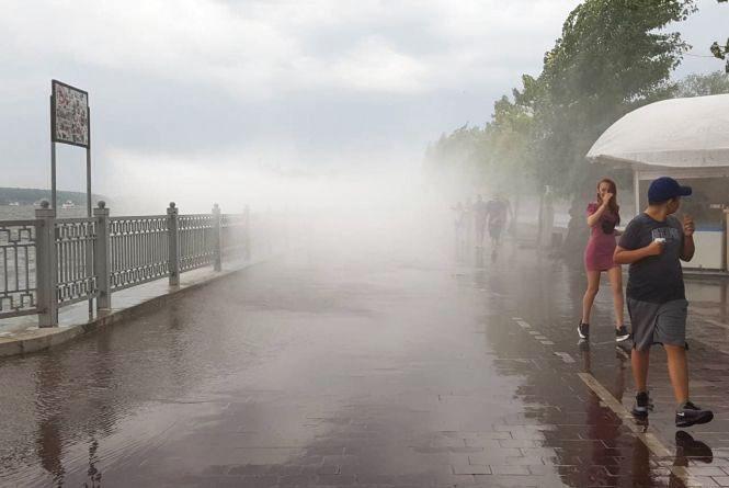 Відео дня: на набережній дощ почався без дощу