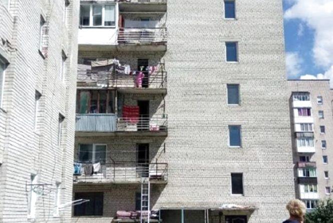 На Курбаса жінка випала з вікна. Перехожі намагалися її врятувати