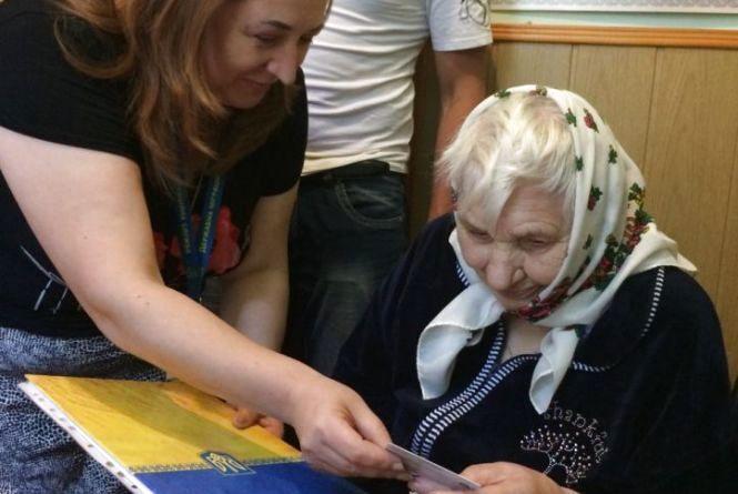 Бабуся з Тернопільщини перший паспорт отримала у 89 років