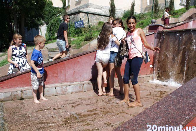 Фото дня: від спеки дітвора рятується у фонтанах