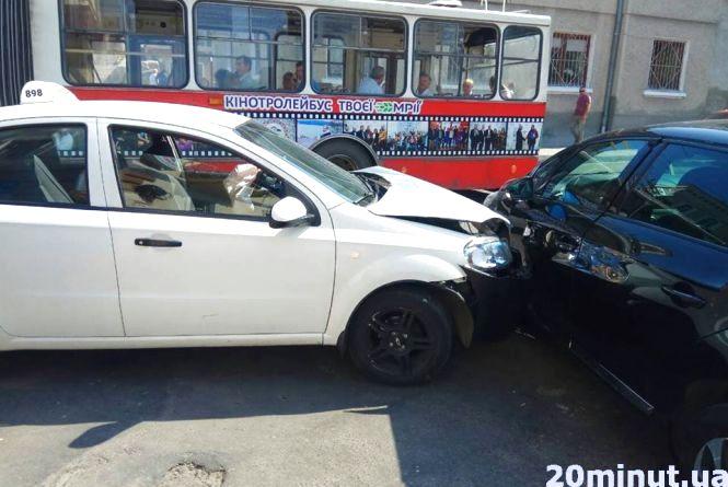 На Острозького аварія за участю таксі (оновлене)