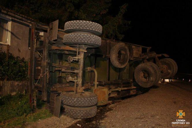 В Озерній перекинулась вантажівка: цистерна наповнена паливом