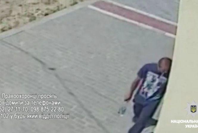 На Тролейбусній злодій викрав з автомобіля бензопилу. Є відео