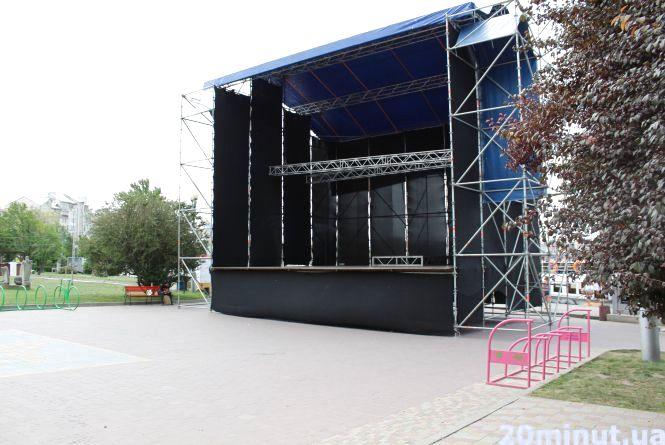 Фото дня: на Набережній вже змонтували сцену для святкових концертів