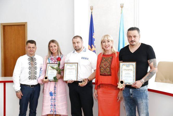 До свята облрада нагородила тернопільських співака, бійця, волонтерку та ровесницю незалежності