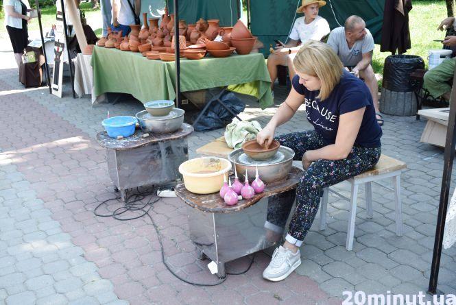 На Майдані Волі вчать ліпити глечики і робити ляльки-мотанки