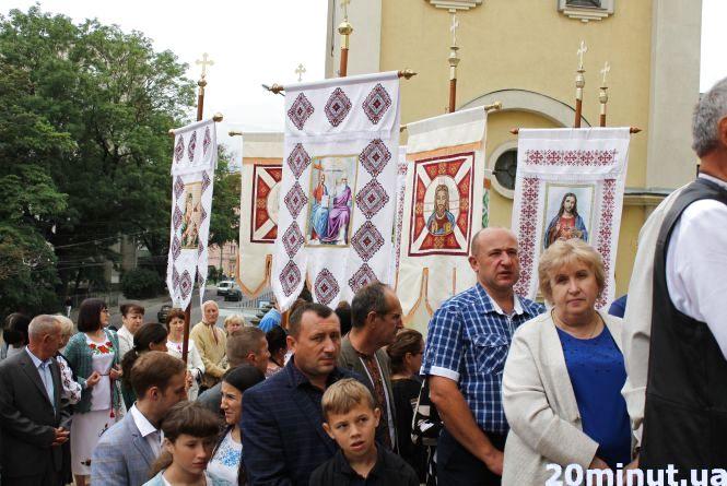 В чому тернополяни та депутати йдуть на храмовий празник та як святкують Успіння Богородиці