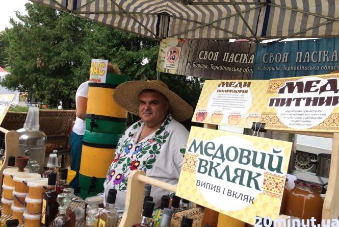 На святі меду в День Тернополя смакують медом з горішками та сухофруктами