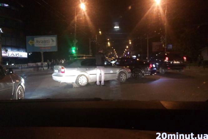 На Бандери аварія за участю таксі (оновлене)