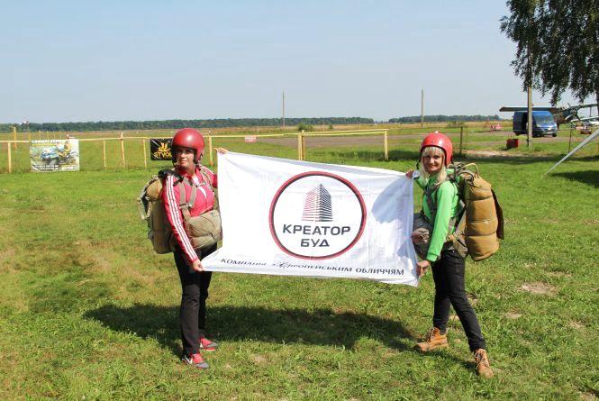 Працівники Креатор-Буду присвятили свій перший стрибок з парашутом рідній компанії Аеродром Цунів (новини команій)