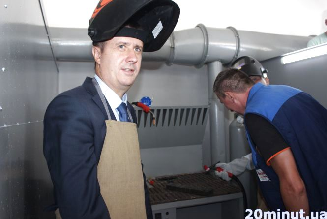 Віце-прем'єр в Кременці  одягнув фартух і взяв до рук зварку