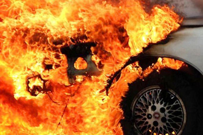 На Тернопільщині посеред дороги загорівся автомобіль: водій втік