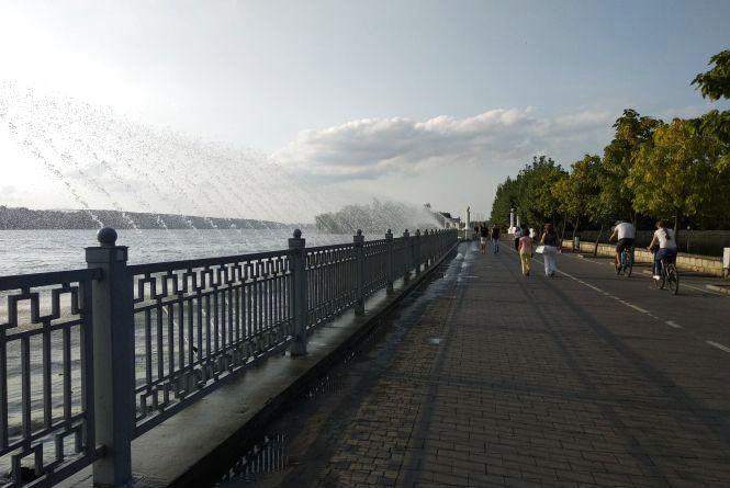 Аераційний фонтан заливає Набережну. Що робити перехожим?