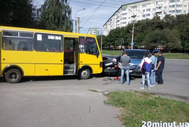 На Корольова аварія за участю маршрутки та ще двох авто. Є постраждалі (оновлене)