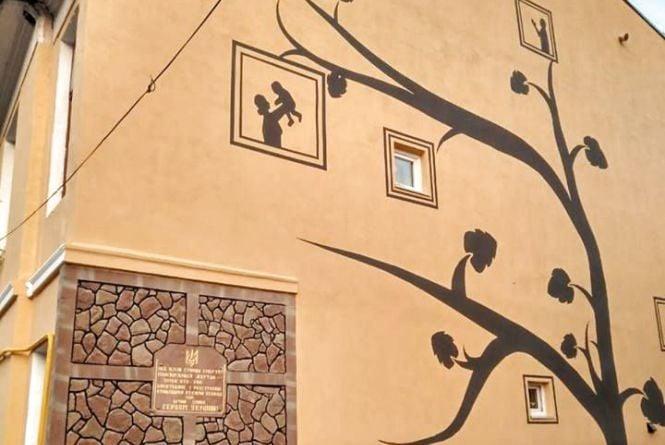 """Фото дня: у Теребовлі на """"Стіні плачу"""" намалювали мурал """"Дерево життя"""""""