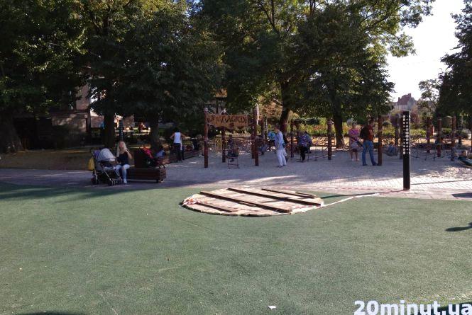Фото дня: пошкоджений батут на новому дитмайданчику в парку Шевченка закрили дошками