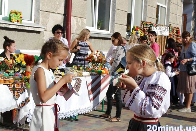 """На """"Осінньому ярмарку"""" у третій школі продавали желе, мафіни, капкейки і навіть голубці та вареники"""