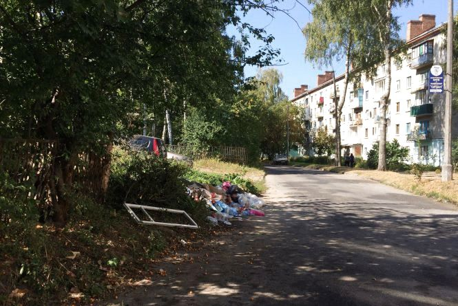 """""""Тут роками ніхто не прибирає"""". Мешканці Орлика скаржаться на купи сміття біля будинку"""