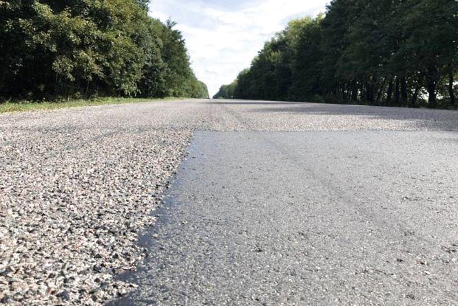 """Через """"нове"""" покриття на дорозі Тернопіль-Львів водії нищать автомобілі. Хто відшкодує витрати?"""