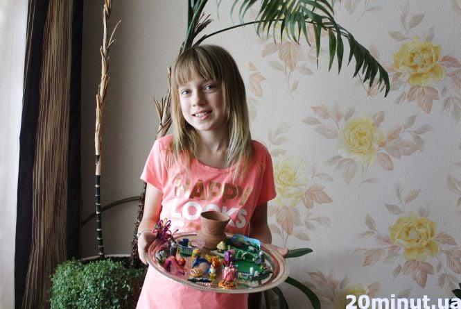 10-річна школярка ліпить мініатюрні фігурки з пластиліну