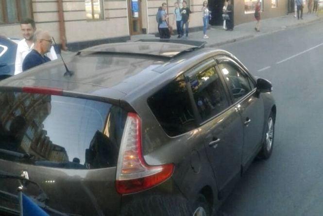 У Центрі водій заснув просто за кермом. Очевидці кажуть, що був п'яний