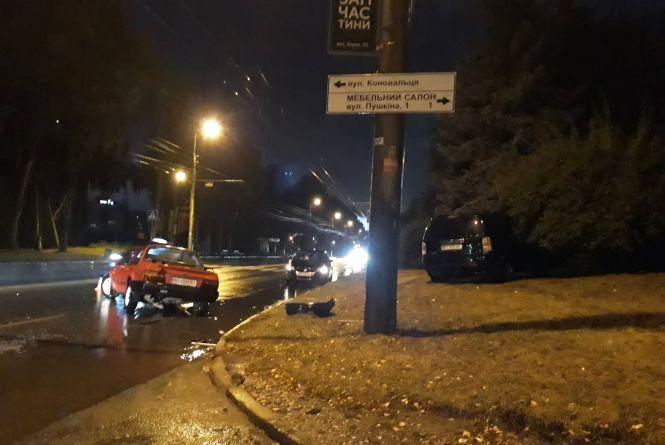 На Злуки зіткнулися два авто. Позашляховик вилетів у кущі (оновлене)