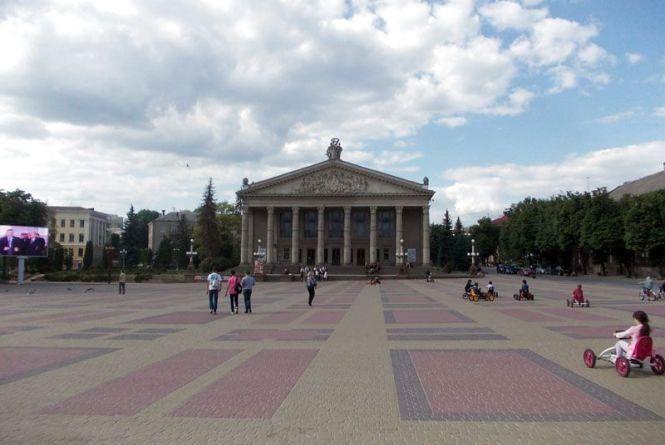 """Театралка без бруківки, сонячного дерева і славнозвісний """"Бурячок"""". Як виглядав Тернопіль у 1992 році"""