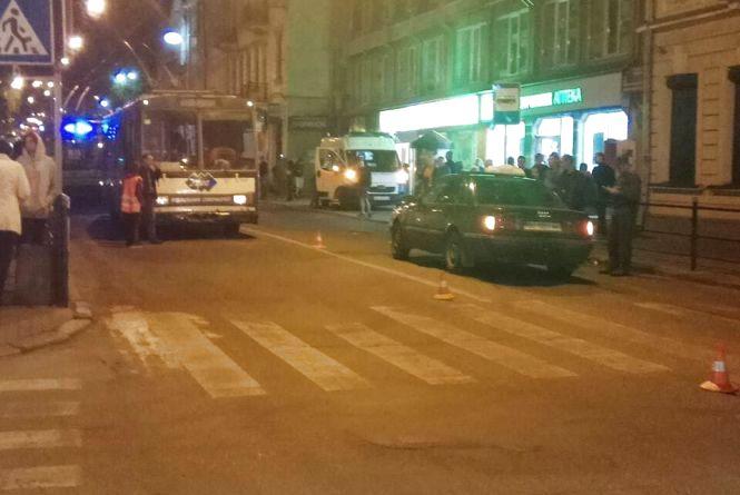 Таксиста, який збив пішохода на Руській, відсторонили від роботи