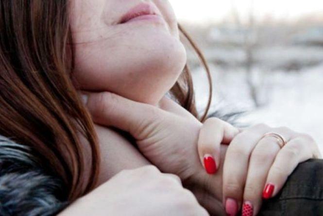 Одногрупники хотіли вбити дівчину: склом від розбитої пляшкитричі перерізали горло