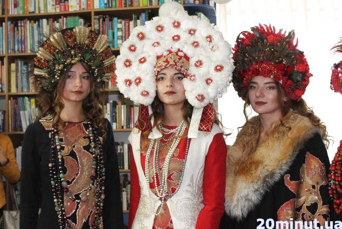 Крила з пір'я і корони з шишок : молоді дизайнери представили власні колекції одягу у Тернополі