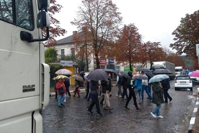 У Теребовлі активісти перекривали дорогу міжнародного значення, бо там розбирають бруківку