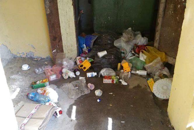"""""""Комунальники сортують пластик, а інше сміття розкидають по всьому дворі."""" Жителі """"Аляски"""" скаржаться на безлад"""