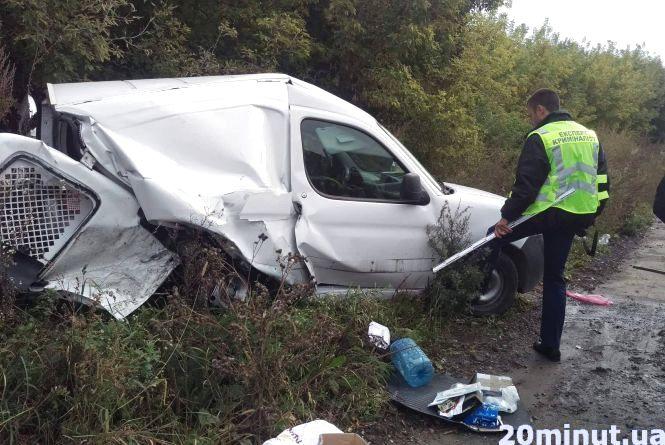 Біля Смиківців аварія. Машини розбиті, у водіїв травми середньої важкості (оновлено)