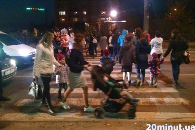 Пікетувальники майже на годину перекрили дорогу на Тарнавського біля 9-го училища (оновлено)