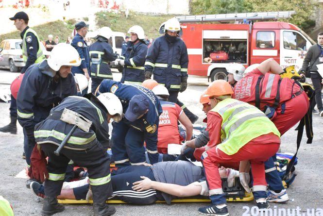 """Автобус зіткнувся з автомобілем: у ДТП біля стадіону """"постраждали"""" люди"""
