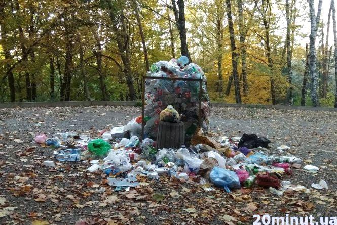 Фото дня: Під кінець сезону у Парку здоров'я - гори сміття і пропалені столи