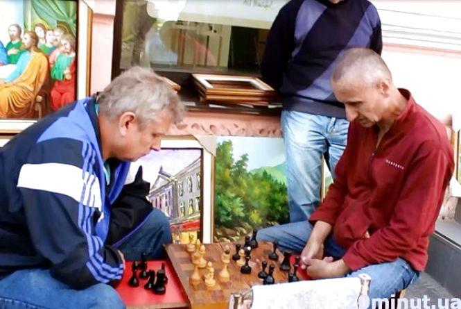 Відео дня:  У Центрі посеред вулиці тернополяни грають у шахи
