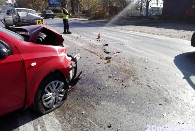 На об'їзній через п'яного водія зіткнулись два авто. Постраждав пішохід