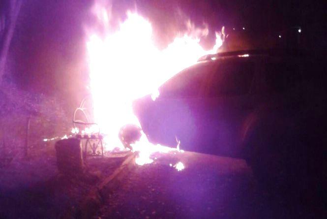 Нічні пожежі у Тернополі: дві автівки пошкодженні, п'ять врятували
