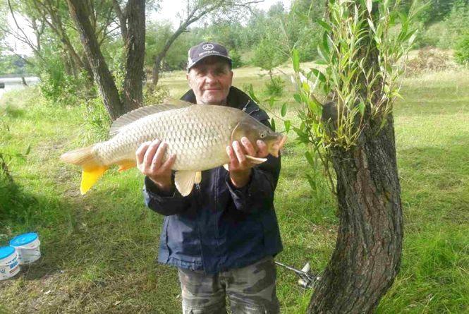Фото дня: тернополянин впіймав 8-кілограмову рибину та відпустив її