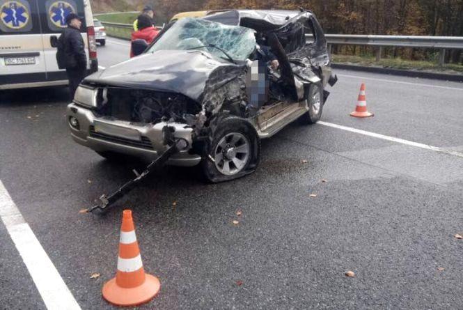 Смертельна аварія біля Львова: позашляховик зіткнувся із тягачем. Загинув тернополянин