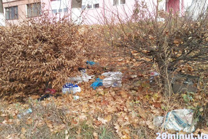 Фото дня: тротуар на вулиці Макаренка встелений сміттям