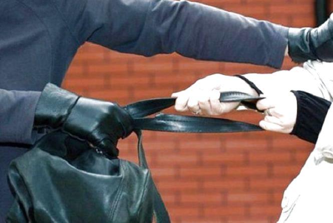 Біля Універсаму у жінки серед білого дня вирвали сумку з 1 200 грн