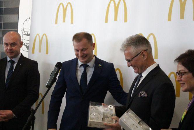 Відео дня: на ялинках посла США та гендиректора MacDonald's тепер будуть прикраси з Теребовлі