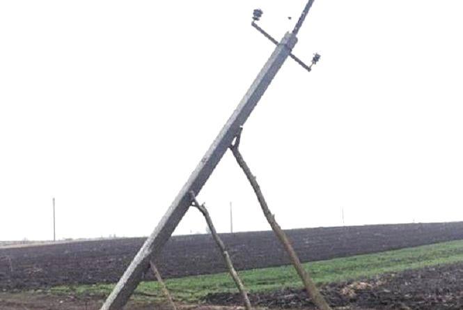 """Фото дня: На Теребовлянщині відремонтували опори електролінії """"інноваційними"""" методами"""