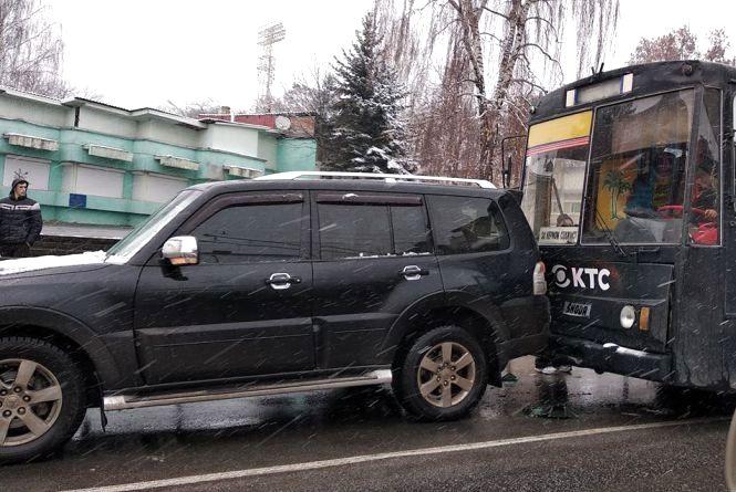 Біля стадіону ДТП: тролейбус врізався у джип