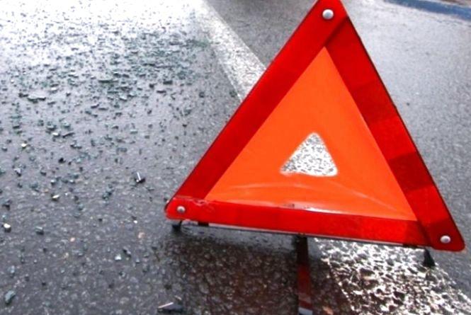 ДТП на Тернопільщині: чоловіки йшли узбіччям дороги, коли їх збив автомобіль