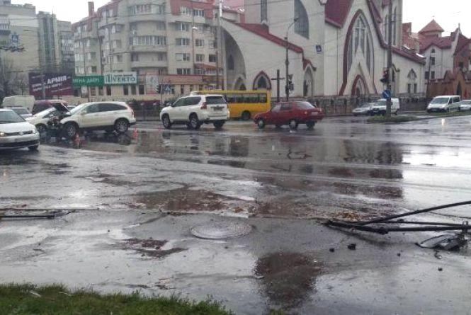 """На перехресті біля """"Обнови"""", де трапляються ДТП, світлофори працюють несинхронно. Депутат запропонував вирішення проблеми"""